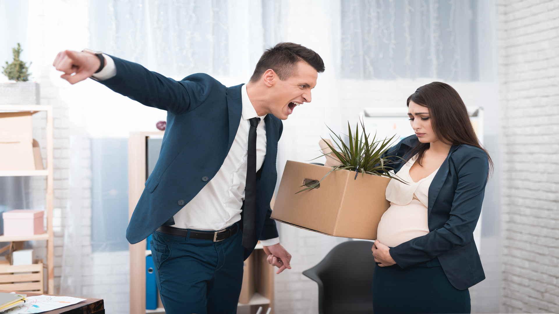 אישה בהריון מפוטרת מהעבודה