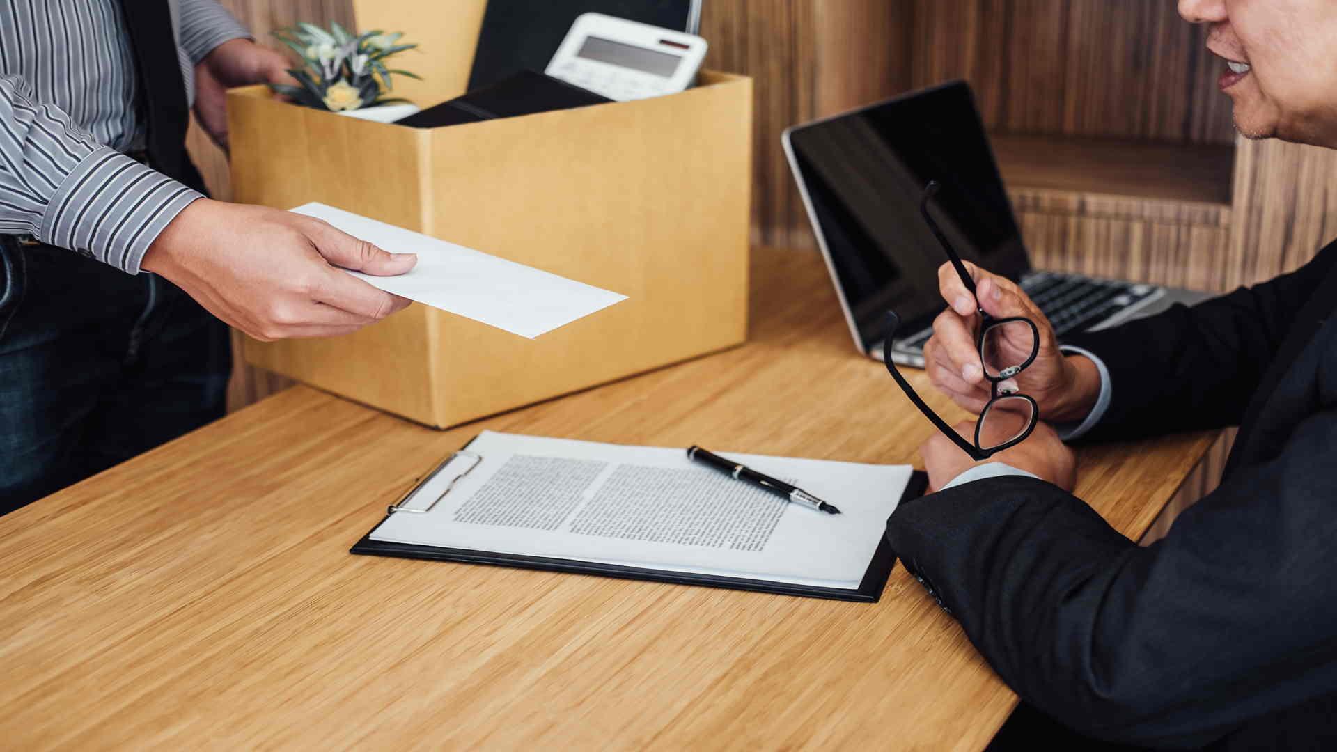 עובד נותן הודעה מוקדמת על התפטרות