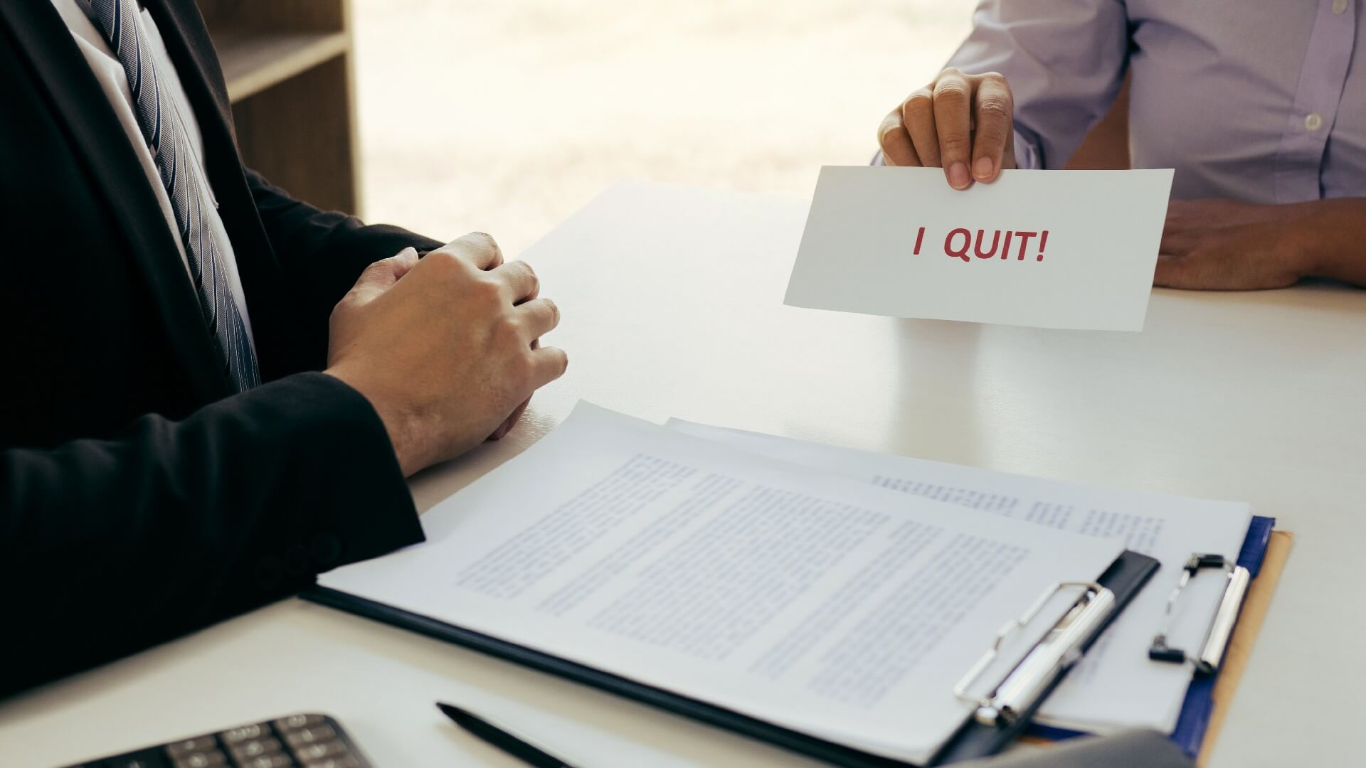 עובד מתפטר מהעבודה
