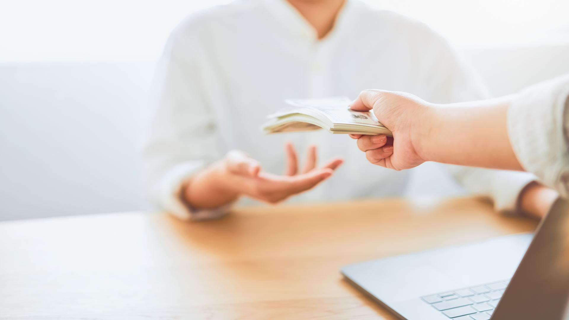 מעסיק משלם פיצויי פיטורין לעובד
